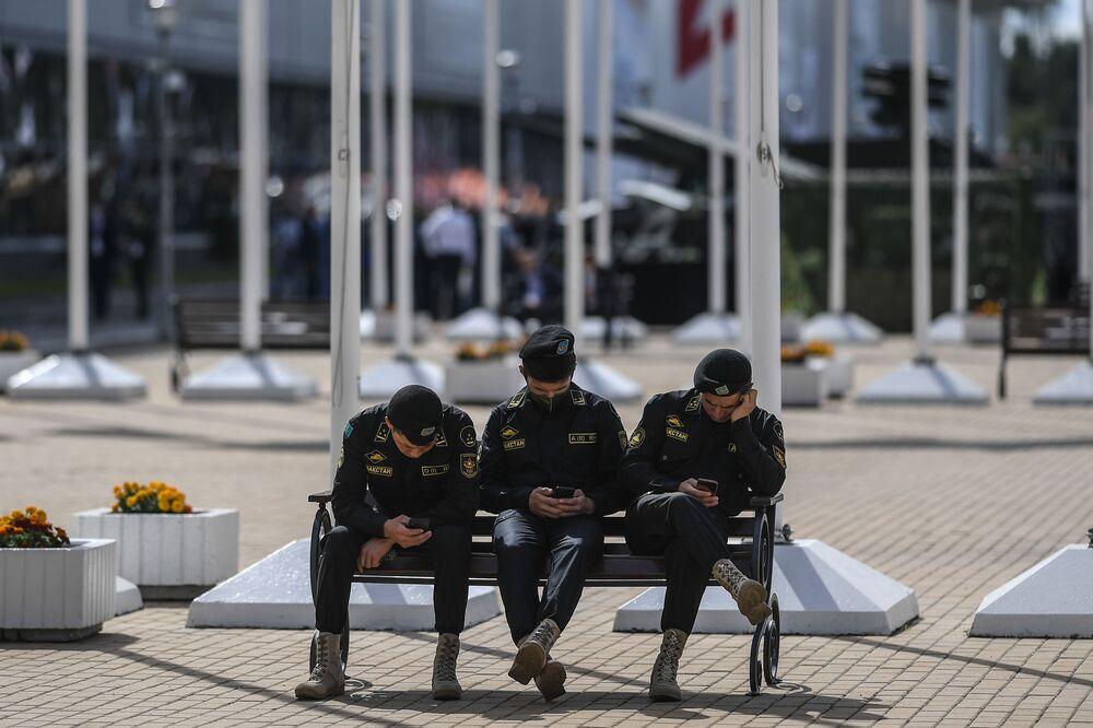 عسكريون من كازاخستان في معرض أرميا 2020 الدولي للأسلحة والمعدات العسكرية في الحديقة العسكرية الوطنية باتريوت بضواحي موسكو
