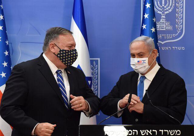 رئيس الوزراء الإسرائيلي بنيامين نتنياهو، في مؤتمر صحفي مشترك عقد في القدس، مع وزير الخارجية الأمريكي مايك بومبيو