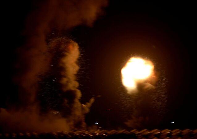 تصاعد ألسنة اللهب بعد قصف إسرائيلي على جنوب قطاع غزة 20 أغسطس آب 2020
