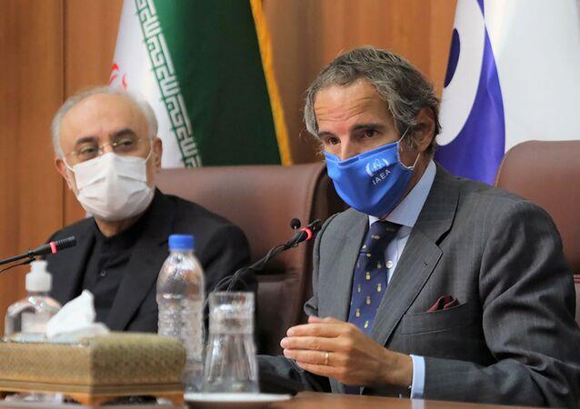 مدير عام الوكالة الدولية للطاقة الذرية رفائيل غروسي خلال لقائه مدير هيئة الطاقة الذرية الإيرانية علي أكبر صالحي في طهران