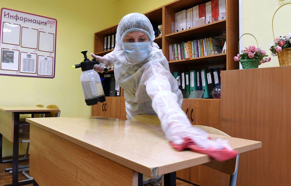 تعقيم مقاعد الدراسة في مدرسة رقم 2127 في موسكو، في إطار الاجراءات الاحترازية لمنع تفشي فيروس كورونا، روسيا 24 أغسطس 2020
