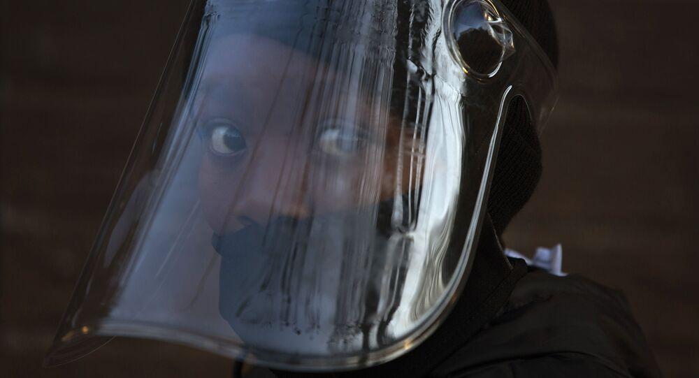 تلميذ يرتدي قناعا في جوهانسبرغ، في إطار الاجراءات الاحترازية لمنع تفشي فيروس كورونا، جنوب أفريقيا 24 أغسطس 2020