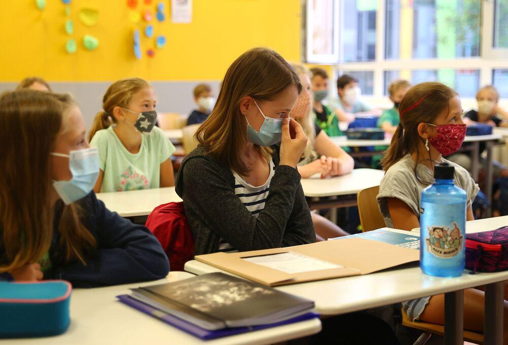 تلاميذ يرتدون كمامات طبية أثناء الفصل الدراسي في هاناو، في إطار الاجراءات الاحترازية لمنع تفشي فيروس كورونا، ألمانيا 17 أغسطس 2020