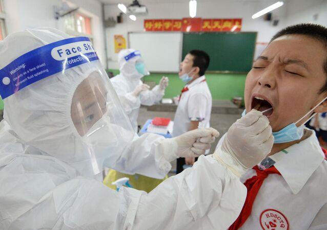 فحص التلاميذ قبل العودة إلى المقاعد الدراسية في هاندان، في إطار الاجراءات الاحترازية لمنع تفشي فيروس كورونا، الصين17 أغسطس 2020