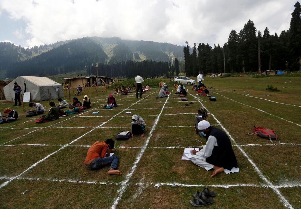 الحفاظ على قاعدة التباعد الاجتماعي أثناء الدرس في كشمير، في إطار الاجراءات الاحترازية لمنع تفشي فيروس كورونا، الهند 24 أغسطس 2020