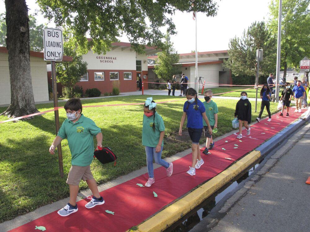 تلاميذ يجلسون خلاف مقاعد دراسية محاطة بحواجز بلاستيكية شفافة في مدرسة في لاس فيغاس بولاية نيفادا، في إطار الاجراءات الاحترازية لمنع تفشي فيروس كورونا، الولايات المتحدة 18 أغسطس 2020