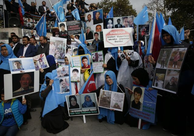 مجموعة من الإيغور يعيشون في تركيا خلال احتجاجات ضد ما يزعمون أنه قمع من قبل الحكومة الصينية لمسلمي الإيغور في مقاطعة شينجيانغ الغربية