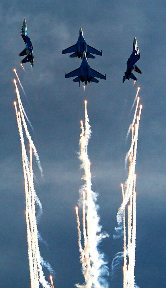 عرض جوي عسكري في منتدى أرميا 2020 في كوبينكا بضواحي موسكو - مقاتلات سو-30إس إم و سو-35