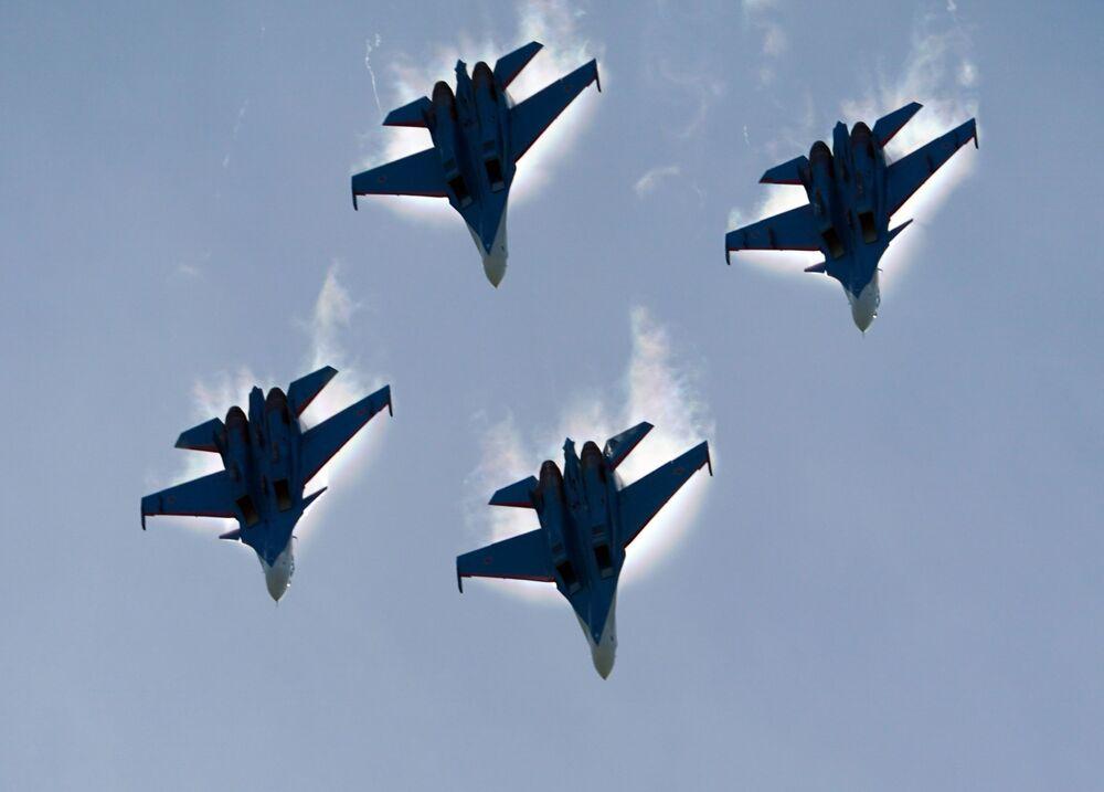عرض جوي عسكري في منتدى أرميا 2020 في كوبينكا بضواحي موسكو - المقاتلات سو - 30 إس إم و سو-35