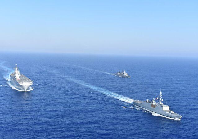 سفن حربية يونانية وفرنسية في البحر المتوسط