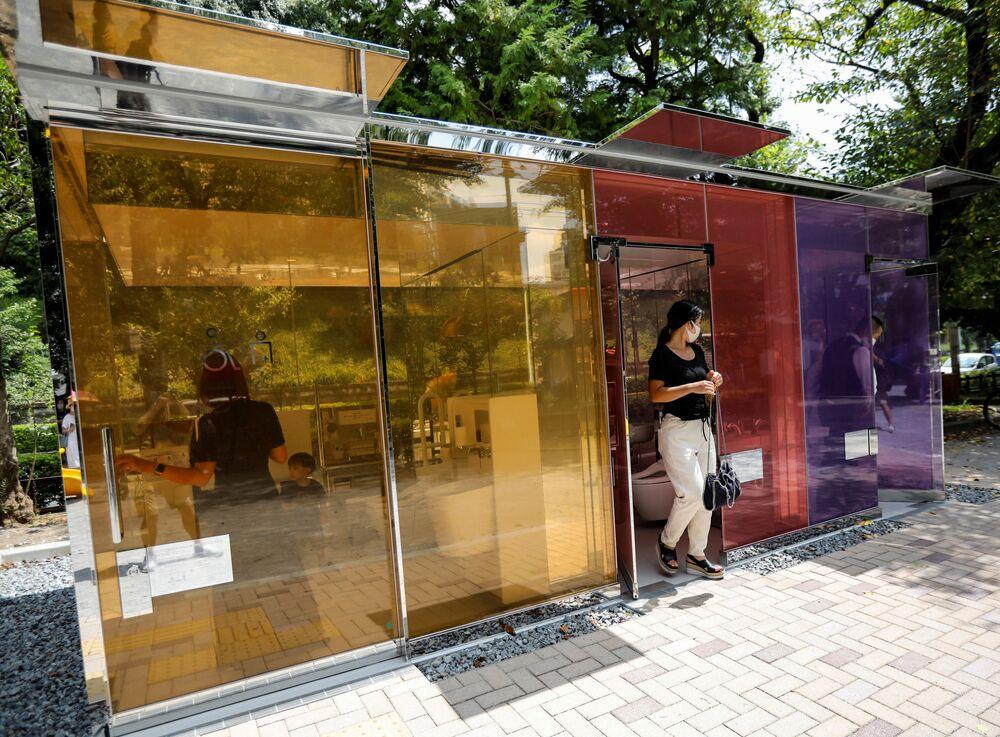 مراحيض بجدران شفافة في طوكيو، اليابان 26 أغسطس 2020