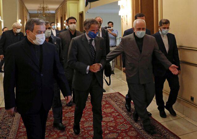 المدير العام للوكالة الدولية للطاقة الذرية رافائيل غروسي مع وزير الخارجية الإيراني محمد جواد ظريف