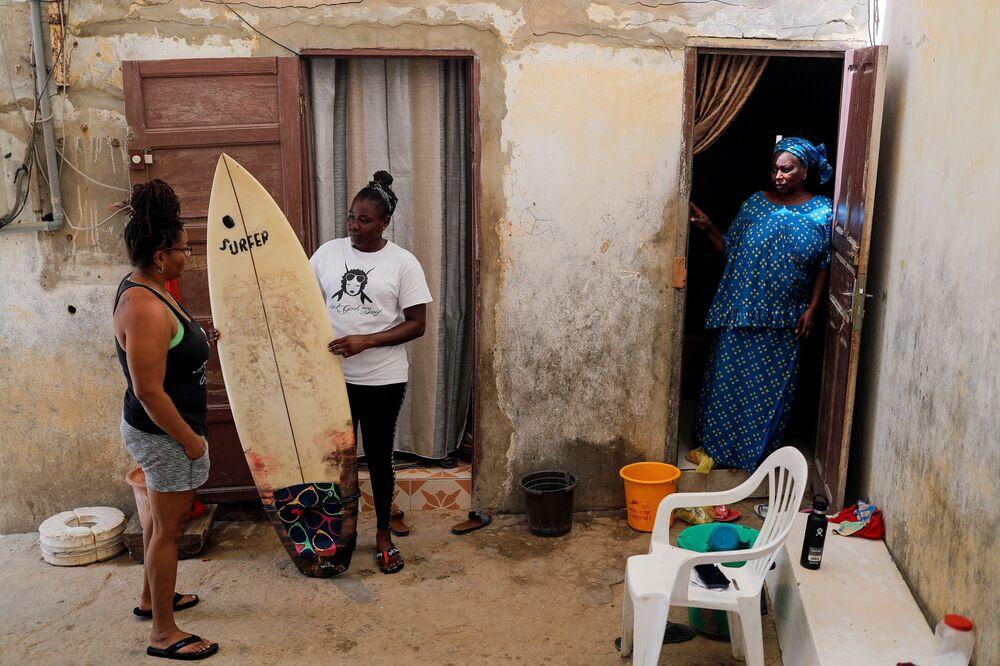 الفتاة السنغالية خادجو سامبي، 25 عاما، أول امرأة محترفة في ركوب الأمواج في السنغال، دكار 12 أغسطس/ آب 2020