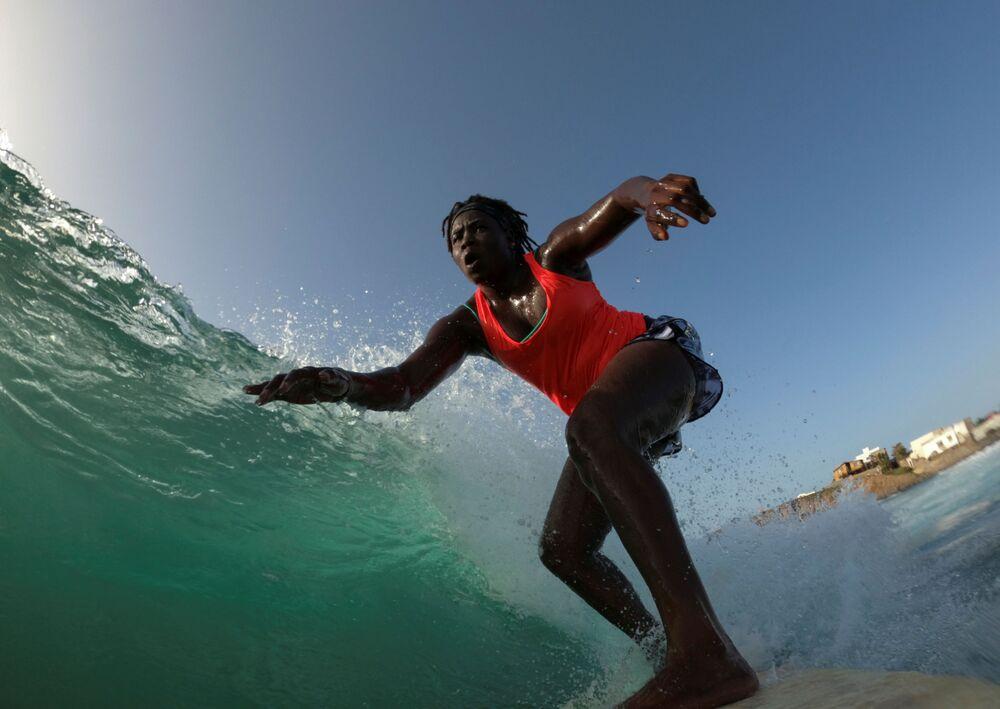 الفتاة السنغالية خادجو سامبي، 25 عاما، أول امرأة محترفة في ركوب الأمواج في السنغال، دكار 18 أغسطس/ آب 2020