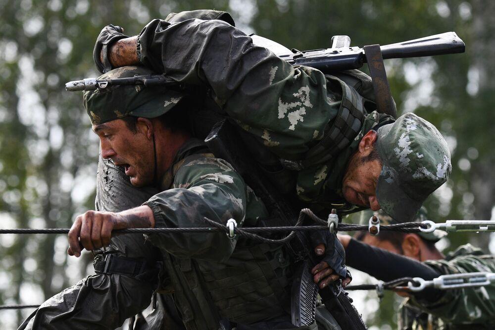 عناصر القوات المسلحة من أوزبكستان خلال اجتياز مرحلة درب الاستطلاع من مسابقة المتميزون في الاستخبارات العسكرية في إطار الألعاب العسكرية الدولية أرمي 2020 (الجيش 2020)، في قاعدة التدريب العسكري التابعة لمعهد نوفوسيبيريك للقيادة العسكرية العليا