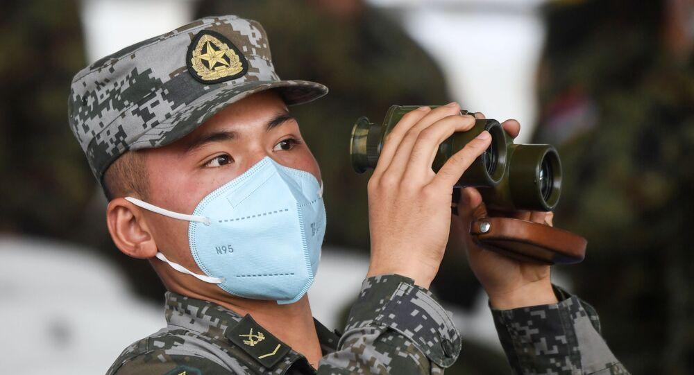 مشجع الطاقم العسكري الصيني، خلال بياثلون الدبابات 2020 في حقل ألابينو، في إطار المنتدى العكسري الدولي أرميا 2020 والألعاب العسكرية الدولية أرمي 2020 (الجيش 2020)