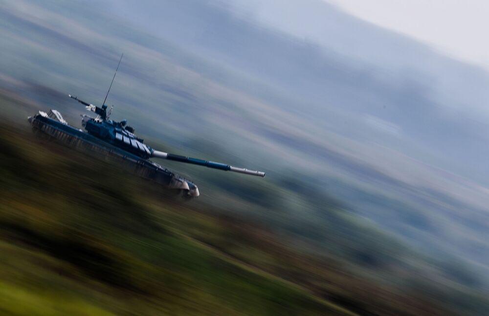 دبابة تي-72 التابعة للقوات المسلحة من أوزبكستان، خلال بياثلون الدبابات 2020 في حقل ألابينو، في إطار المنتدى العكسري الدولي أرميا 2020 والألعاب العسكرية الدولية أرمي 2020 (الجيش 2020)