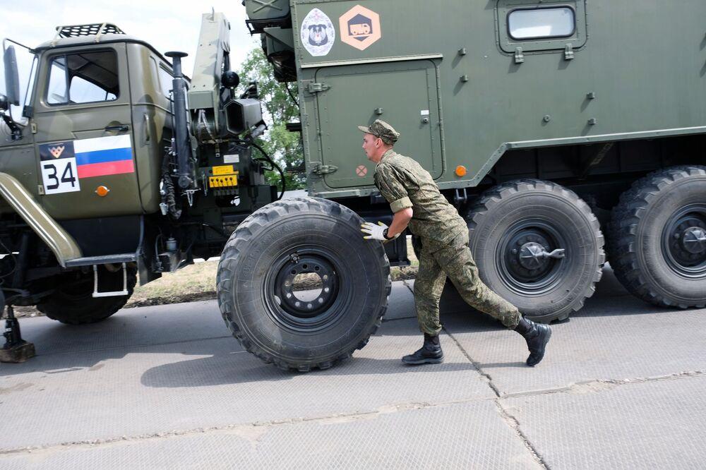 الطاقم العسكري الروسي خلال مسابقة خبراء المركبات المدرعة، في إطار المنتدى العكسري الدولي أرميا 2020 والألعاب العسكرية الدولية أرمي 2020 (الجيش 2020)، في قاعدة التدريب العسكري للمتخصصين المبتدئين في الخدمة المدرعة في مدينة أوستروغوجسك في ضواحي فورونيج.