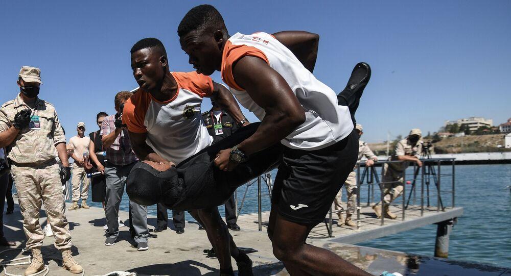 عناصر القوات المسلحة من موزمبيق أثناء مرحلة الإسعافات الأولية من مسابقة غلوبينا (العمق) للغوص، في إطار الألعاب العسكرية الدولية أرمي 2020 (الجيش 2020)، في قاعدة التدريب العسكري البحري، في سيفاستوبل، القرم، روسيا