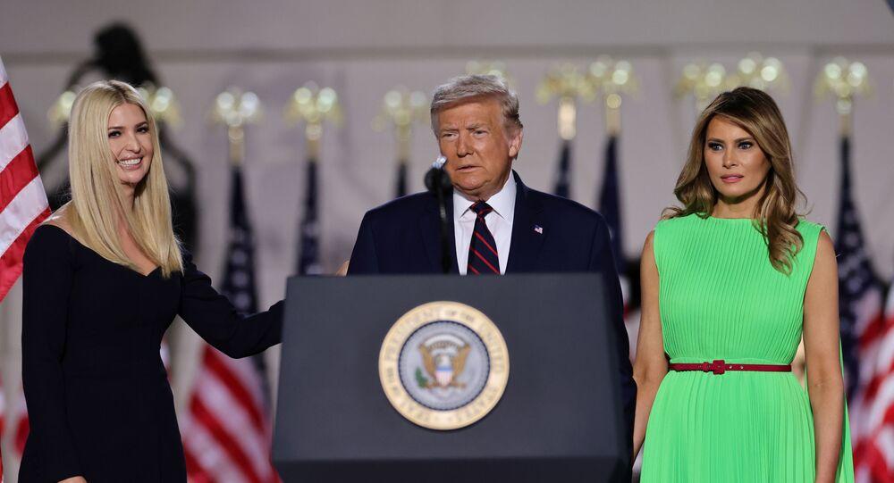 الرئيس الأمريكي دونالد ترامب ييقف بجوار زوجته ميلانيا ترامب وابنته إيفانكا ترامب قبل أن يلقي خطاب قبوله كمرشح رئاسي عن الحزب الجمهوري لعام 2020 في الحديقة الجنوبية للبيت الأبيض في واشنطن، 27 أغسطس/ آب 2020