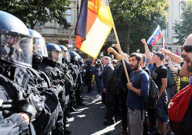 شرطة برلين تفرق احتجاجا حاشدا في العاصمة الألمانية على قيود فيروس كورونا