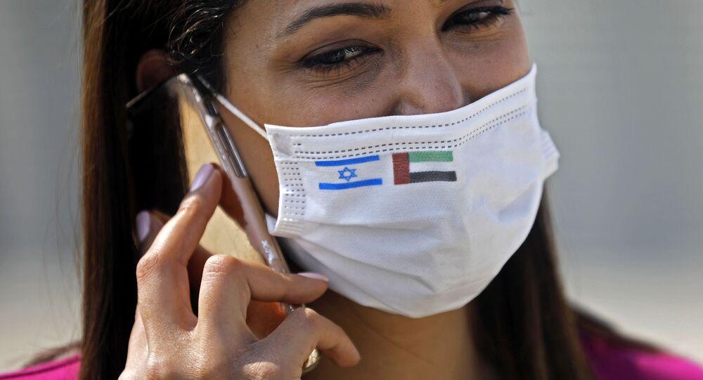 كمامة بالعلمين الإماراتي والإسرائيلي على متن رحلة مباشرة بين البلدين، 3 أغسطس 2020