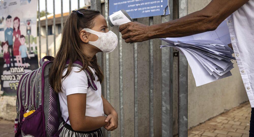 تلميذة قبل دخولها المدرسة في إسرائيل
