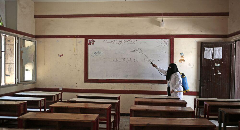 موظفة مدرسة ابتدائية تقوم بتعقيم فصل دراسي قبل بدء العام الدراسي في مدينة صنعاء، اليمن 29  أغسطس 2020