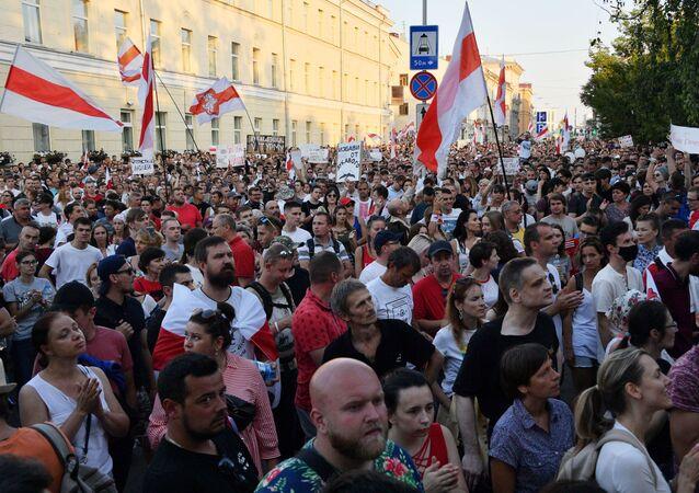 مسيرة مؤيدة لزعيمة المعارضة البيلاروسية، سفيتلانا تيخانوفسكايا في مينسك، بيلاروسيا، أغسطس 2020