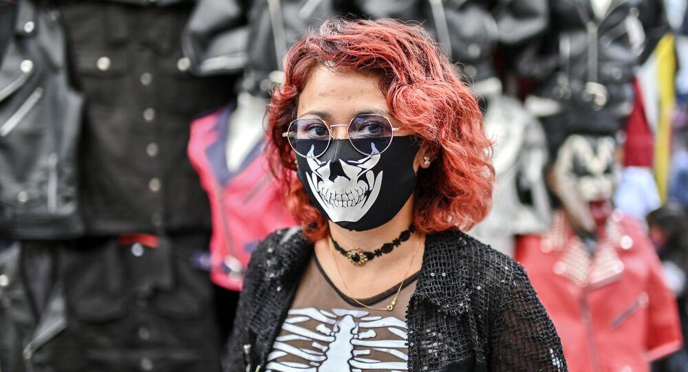 امرأة ترتدي كمامة مرسوم عليها وجه جمجمة في مكسيكو سيتي، المكسيك 25 يوليو 2020