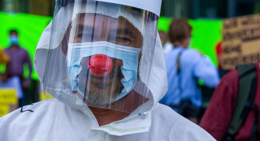 رجل يرتدي قناعا مع أنف بهلوان في بروكسل، بلجيكا 16 أغسطس 2020