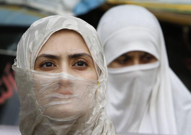 باكستانيات خلال مسيرة في لاهور، باكستان