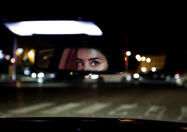 فتاة سعودية أثناء قيادة السيارة في الرياض، المملكة العربية السعودية 24 يونيو 2018