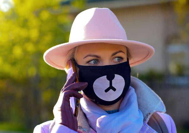 امرأة ترتدي كمامة خلال فترة الحجر الصحي في موسكو