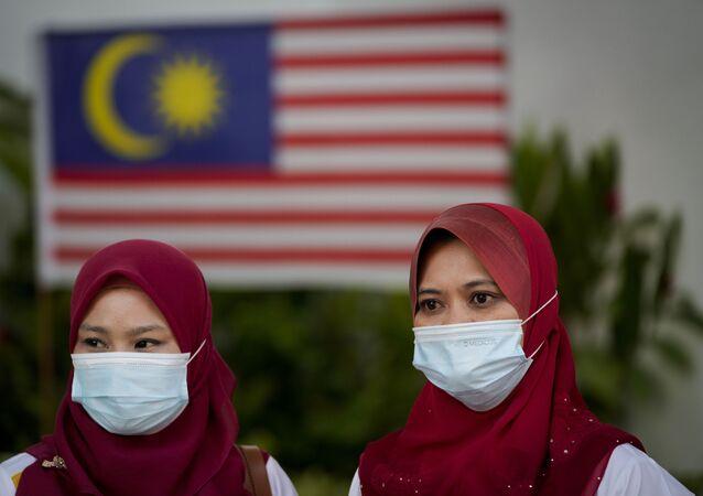 نساء ترتدي كمامات في مدينة بوتراجايا، ماليزيا 26 أغسطس 2020