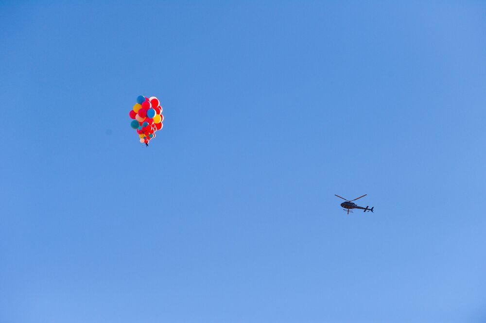الأمريكي ديفيد بلايني يطير على ارتفاع 8 آلاف متر في الهواء مستخدما 52 بالونًا مملوءًا بغاز الهيليوم، ولاية أريزونا 2 سبتمبر 2020