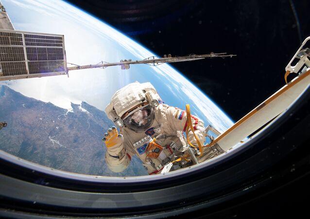 رائد فضاء روسي خلال خروجه إلى الفضاء الخارجي