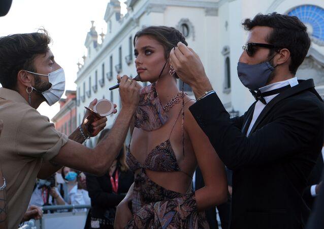 عارضة أزياء تايلور هيل خلال مراسم افتتاح مهرجان البندقية السينمائي الدولي في نسخته الـ 77 في البندقية، إيطاليا 2 سبتمبر 2020