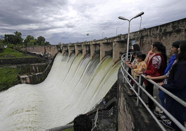 مواطنون ينظرون إلى سد رافال في إسلام آباد، بعد فتح قناة تصيف المياه بسبب الأمطار الموسمية في باكستان 31 أغسطس 2020