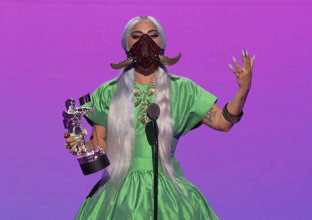 المغنية والممثلة الأمريكية ليدي غاغا خلال تسلمها جائزة أفضل أغنية لعام 2020 (عن أغنية رين أون مي)، في حفل توزيع جوائز إم تي في الموسيقية لعام 2020، نيويورك 30 أغسطس 2020
