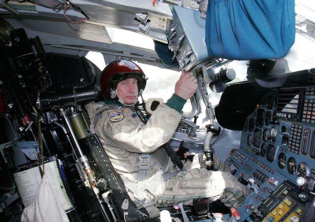 الرئيس فلاديمير بوتين داخل قاذفة الصواريخ تو-160 الأسرع من الصوت،والتي طار بها إلى منطقة تدريب الطيران الاستراتيجي بعيد المدى والأسطول الشمالي، 15 أغسطس 2005