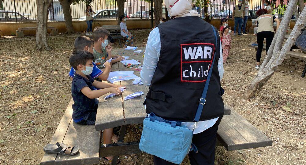 موظفة منظمة أطفال الحرب (War Child) تتحدث مع الأطفال الذين تعرضوا لصدمة نفسية إثر انفجار مرفأ بيروت في حي جميزة، أحد أكثر الأحياء اكتظاظا في العاصمة، لبنان 4 سبتمبر 2020