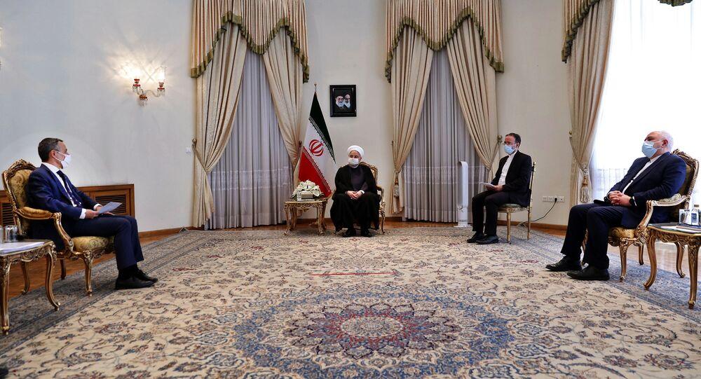 الرئيس الإيراني حسن روحاني خلال استقباله وزير خارجية سويسرا ايغناتسيو كاسيس في طهران