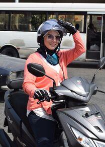 رنا كرزي (39 سنة) صاحبة فكرة موتو تاكسي لنقل النساء داخل مدينة بيروت