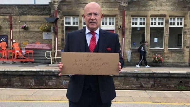 بريطاني يدعى وولفورد يقدم سيرته الذاتية للمارة في محطة قطارات