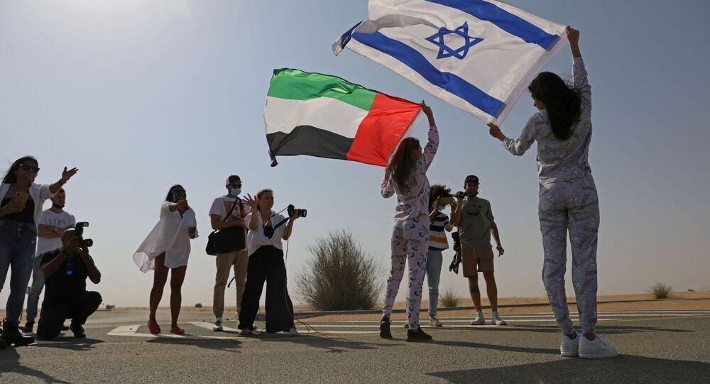 عارضة الأزياء الإسرائيلية ماي تاغر، تحمل العلم الإسرائيلي، تقف مع عارضة الأزياء الروسية المقيمة في دبي أناستاسيا، وتحمل العلم الإماراتي، خلال جلسة تصوير لمجموعة البيجاما للعلامة التجارية الإسرائيلية FIX's Princess Collection في دبي، الإمارات العربية المتحدة  8 سبتمبر  2020.