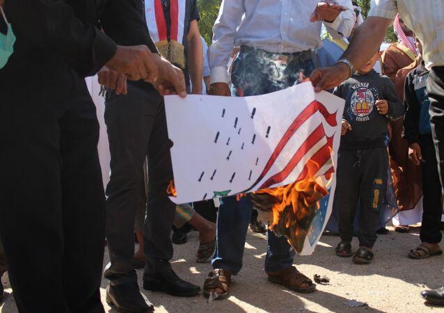 متظاهرون يحرقون الأعلام الأمريكية في ريف الحسكة، سوريا