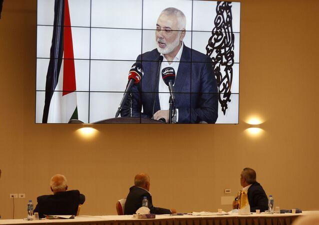رئيس المكتب السياسي لحركة حماسإسماعيل هنية خلال مشاركته عبر الإنترنت في اجتماع الفصائل الفلسطينية حول اتفاق السلام بين الإمارات وإسرائيل، في رام الله، الضفة الغربية، فلسطين 3 سبتمبر 2020