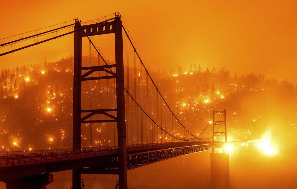 جسر بيدويل بار في مدينة أوروفيل على خلفية سماء برتقالية اللون بسبب حرائق الغابات الهائلة في ولاية كاليفورنيا، 9 سبتمبر 2020