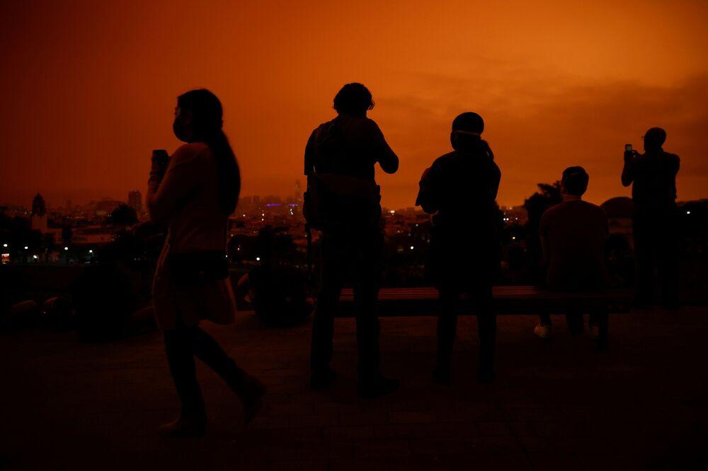 سماء برتقالية اللون في حديقة دولوريس بارك في مدينة سان فرانسيسكو بسبب حرائق الغابات الهائلة في ولاية كاليفورنيا، 9 سبتمبر 2020